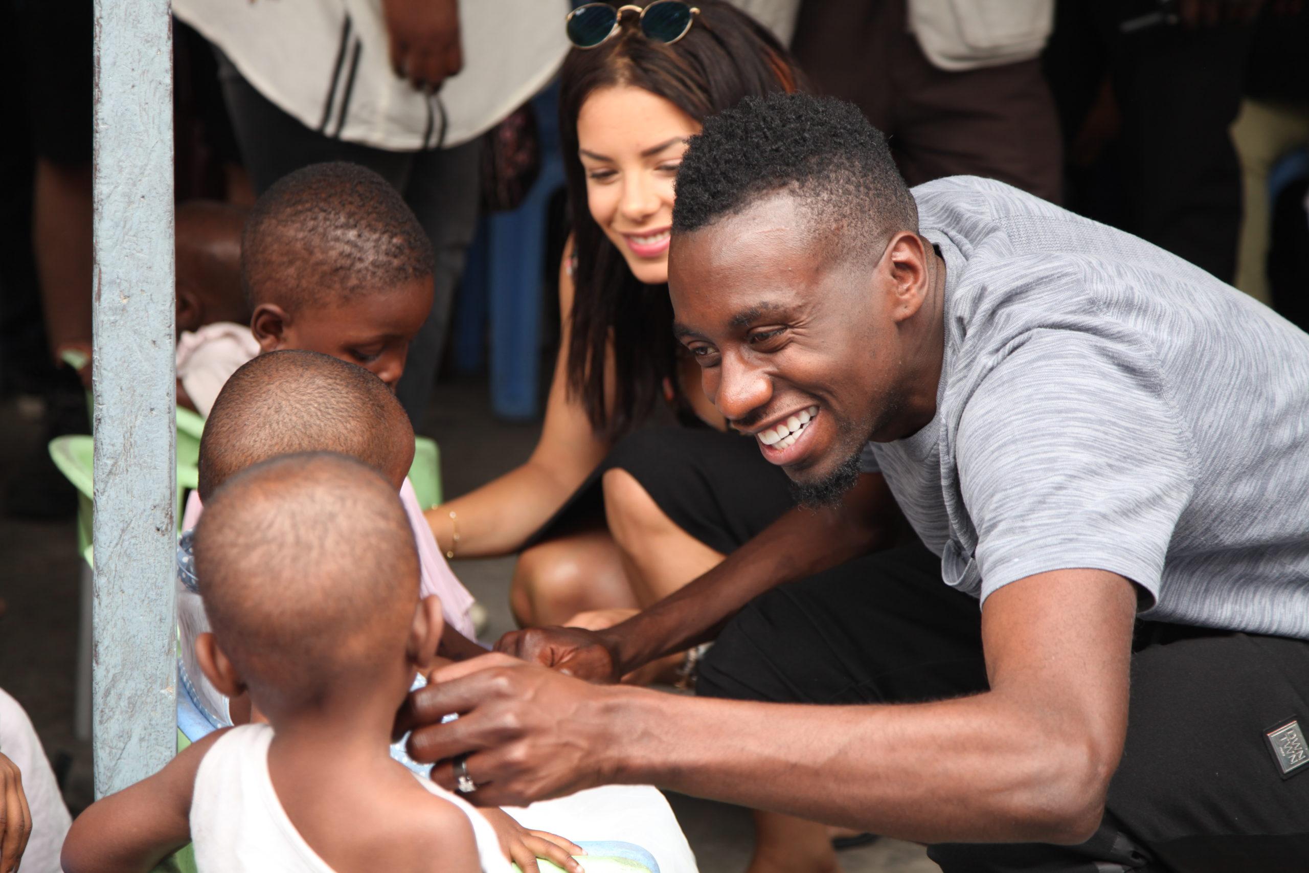 Blaise Matuidi joue avec des enfants