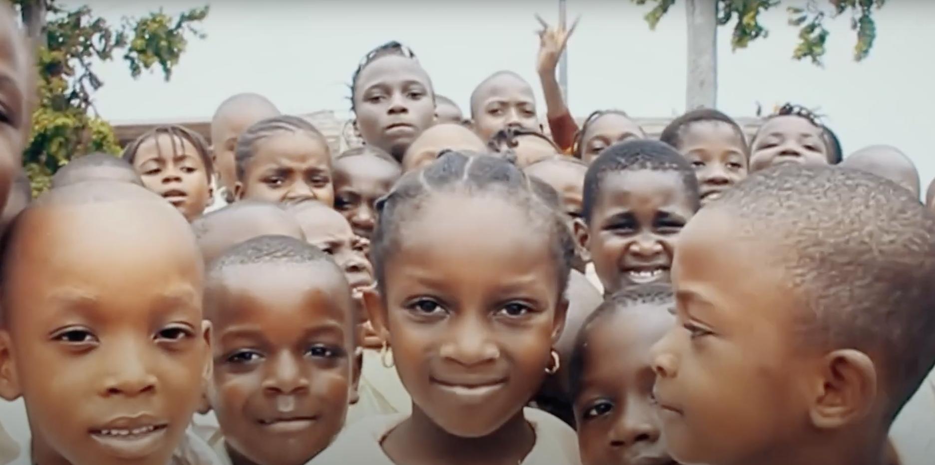 Des visages de jeunes enfants au congo