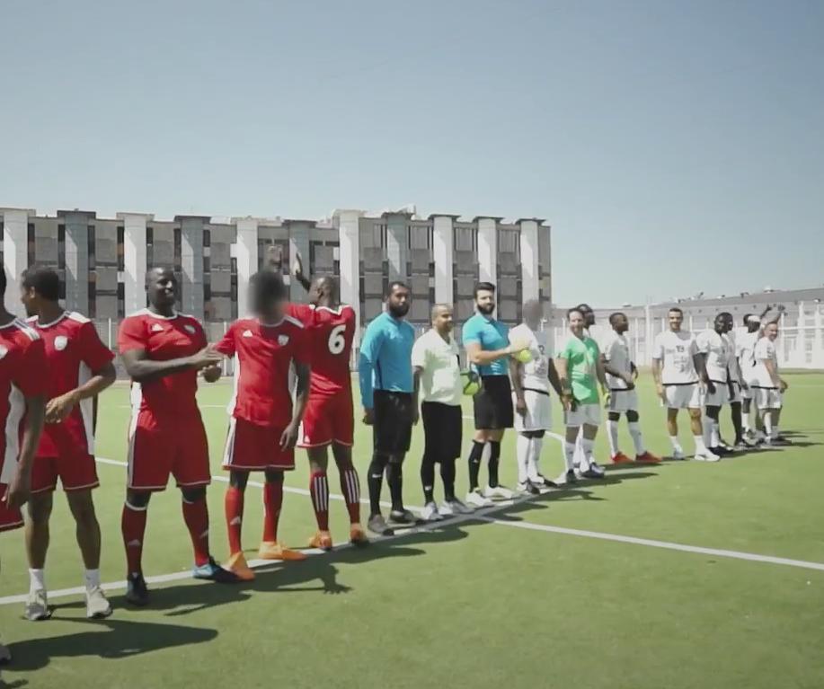 Match de foot à la prison de Fleury-Mérogis