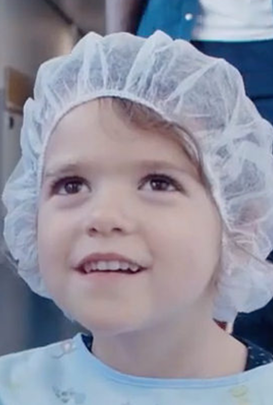 Une petite fille dans un hôpital avant une opération