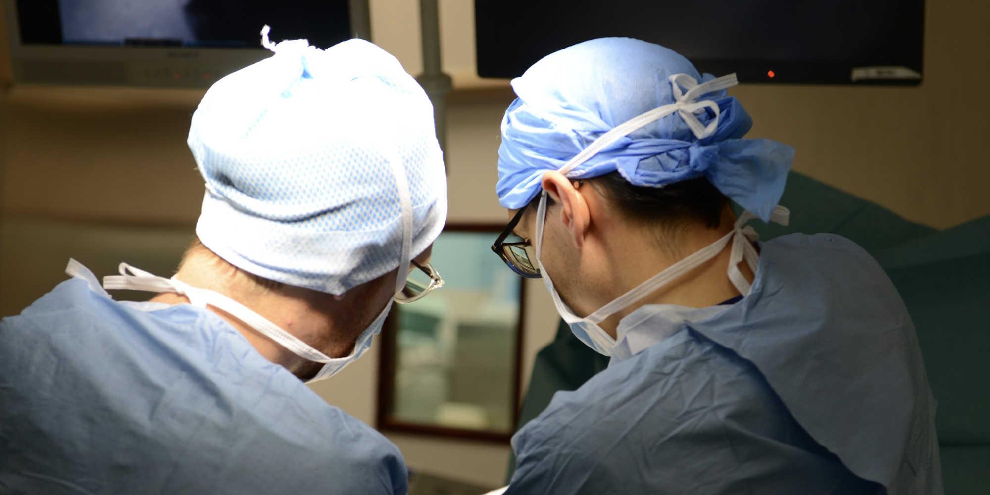 des soignants et des médecins en intervention covid