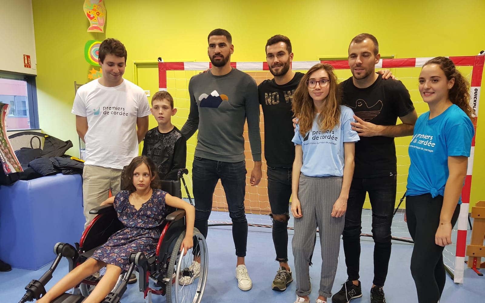 Les players for society posent avec des enfants handicapés