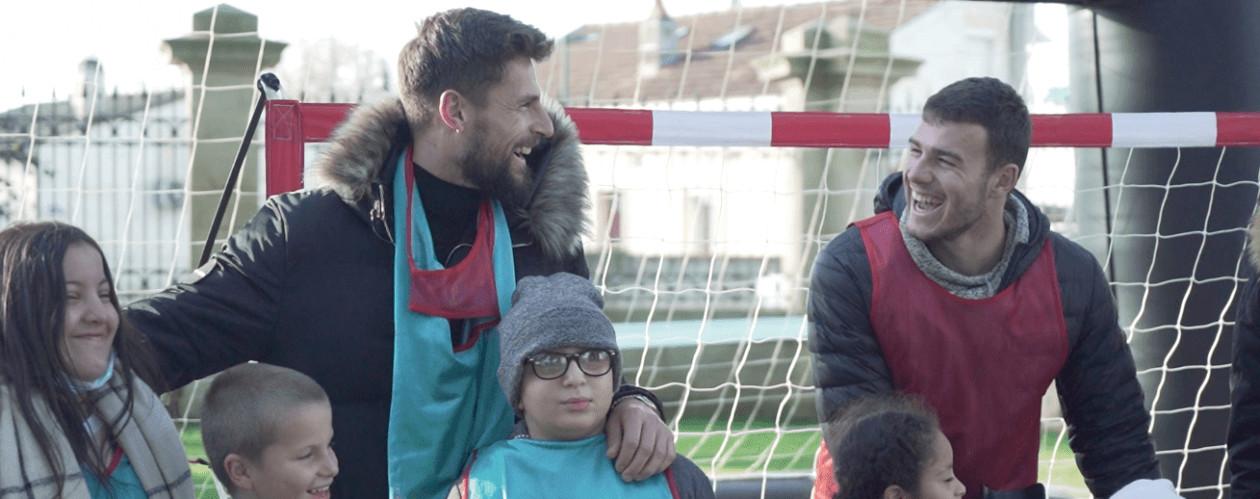 Benoit costil joue au football avec des enfants