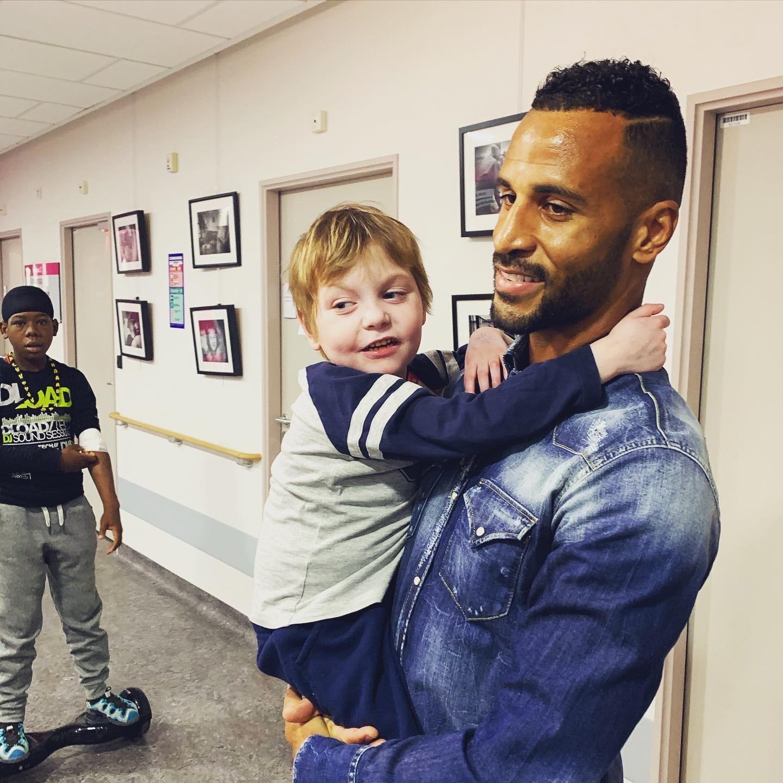 Le footballeur de Guingamp et un enfant